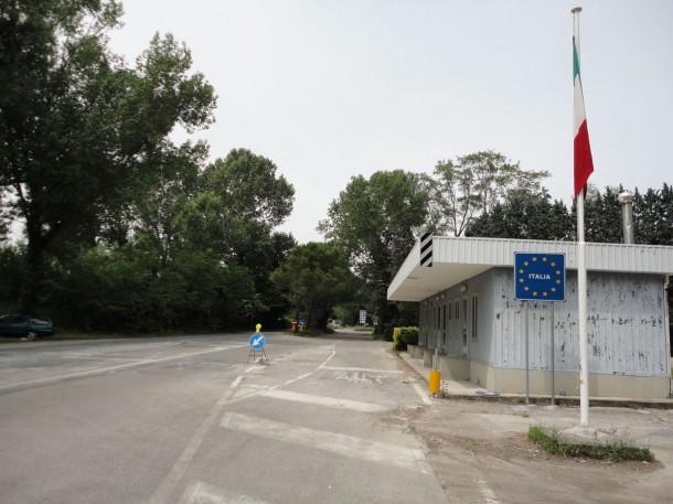 Итальянский пограничный пункт - видно, что здесь никогда не кипела работа
