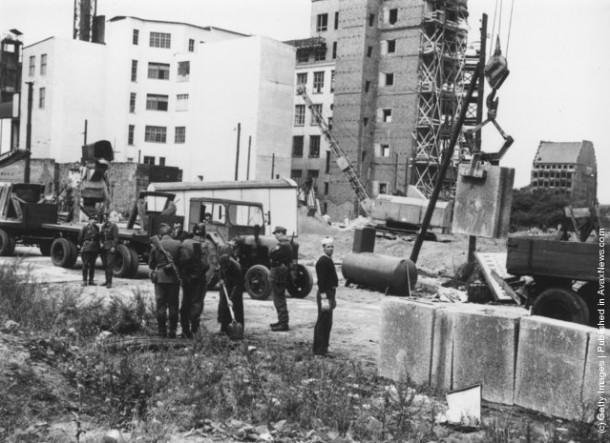 Берлинская стена стала возводиться в 1962-м. Строительство было завершено в 1975-м