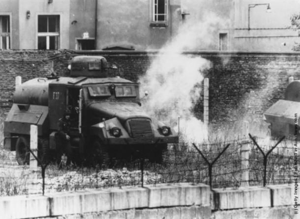 В первую годовщину возведения Берлинской стены в городе вспыхнули беспорядки. В броневик армии Восточной Германии была брошена слезоточивая граната