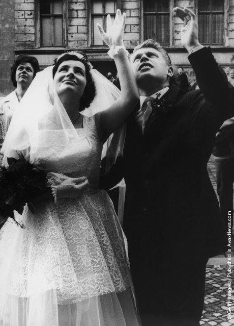 Дитер и Моника Маротц жили на  Bernauerstrasse, которая была разделена стеной. 8 сентября 1961 года состоялась их свадьба. Родственники, оказавшиеся в Восточном Берлине, могли наблюдать на молодоженов только из окон своих домов