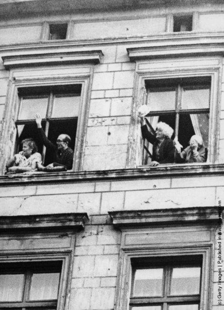 Молодоженов (см. фото выше) поздравляют родственники из окон дома в Восточной части города