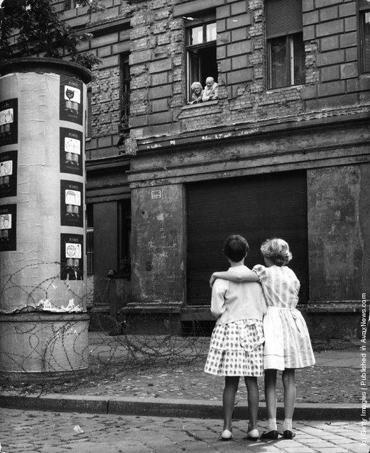 Внучки из Западного Берлина общаются с бабушкой и дедушкой через проволоку