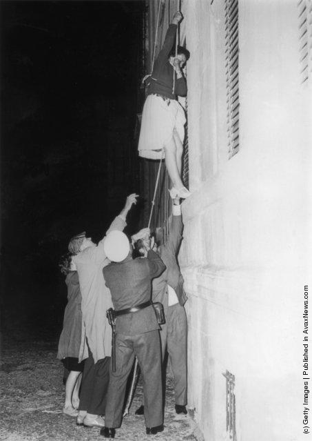 Пока Берлинская стена не была построена, в Западный Берлин можно было сбежать просто спустившись вниз из окна дома