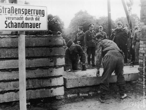 Солдаты армии Восточной Германии возводят первые участки Берлинской стены