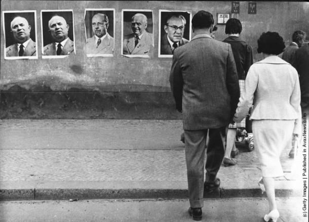 Портреты Никиты Хрущева, В.Ульбрихта, Вильгельма Пика и Отто Гроттеволя украшают Стену в Восточном Берлине. Именно они приняли решение о строительстве Берлинской стены
