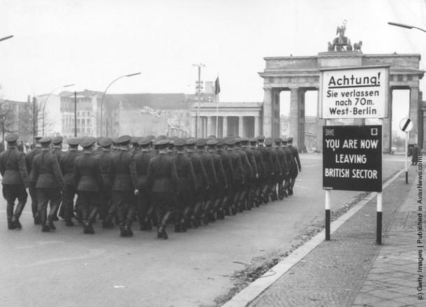Советские войска возвращаются из Западного Берлина, где они возлагали венки