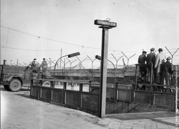 Станция метро Станция Potsdamer Platz была закрыта после начала строительства Стены и стала одной из Geisterbahnhofe (станция-призрак)
