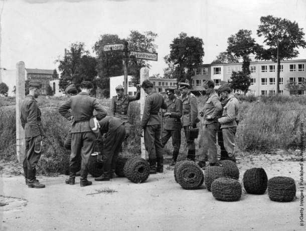Полиция и армия Восточной Германии получила проволоку для того, чтобы разделить Берлин границей