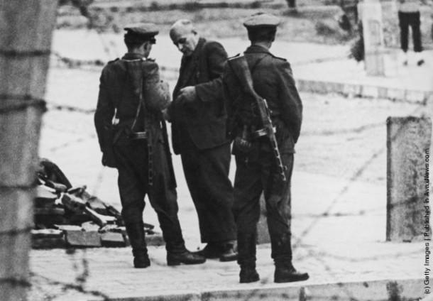 Полиция Восточной Германии проверяет документы у пожилого немца