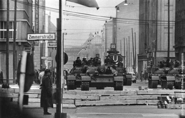 Советские танки и войска на Checkpoint Charlie. Мир был на гране новой войны