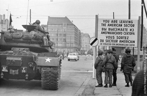 Американские войска были стянуты к Checkpoint Charlie