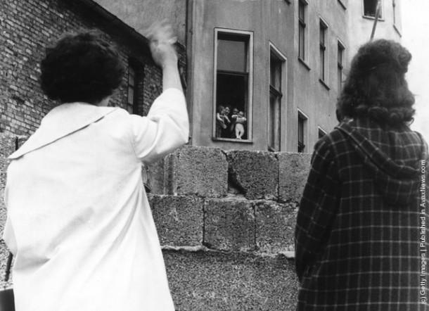 Из Западного Берлина родственники прощаются с членами семьи, оставшимися в Восточном Берлине, на долгие годы