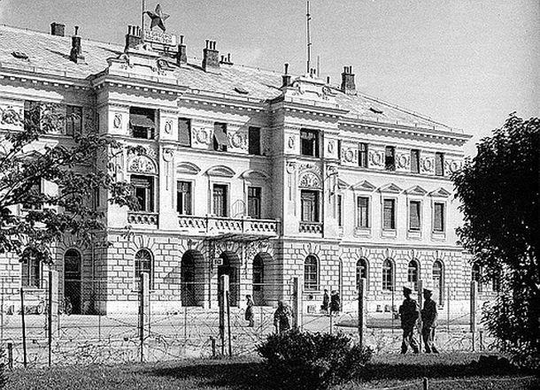 На долгие годы площадь перед пустым вокзалом контролировали югославские пограничники