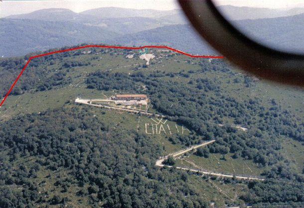"""Надпись """"Италия"""". Красная полоса - граница с Югославией"""