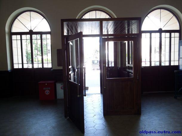 Сквозь прохладный зал ожидания снова выхожодим на площадь, в центре которой была граница
