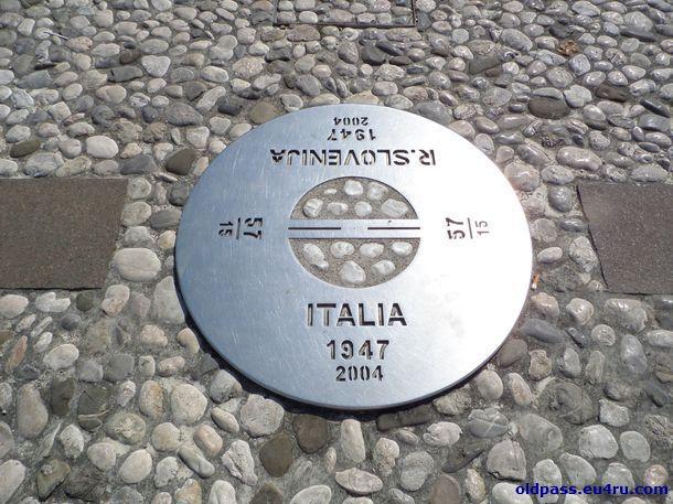 Памятный знак в центре площади  Piazza della Transalpina (Evropski trg)