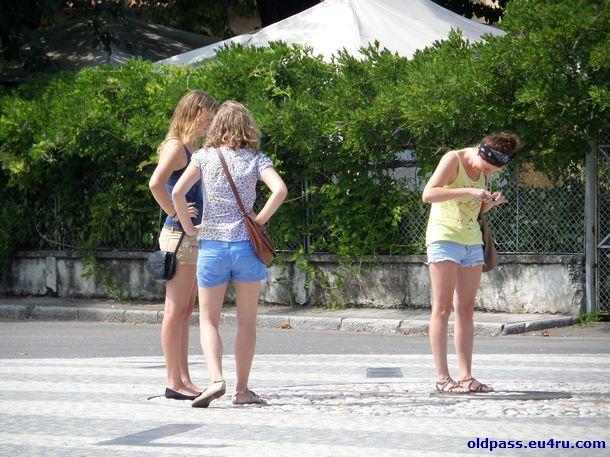 Все туристы считают своим долгом запечатлеть себя в центре площади Piazza della Transalpina
