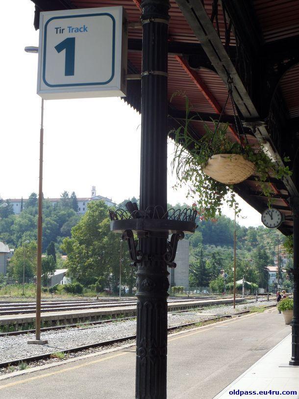 Как и в других пограничных словенских городках, все надписи в обязательно порядке должны быть продублированы на итальянском (либо венгерском) языках