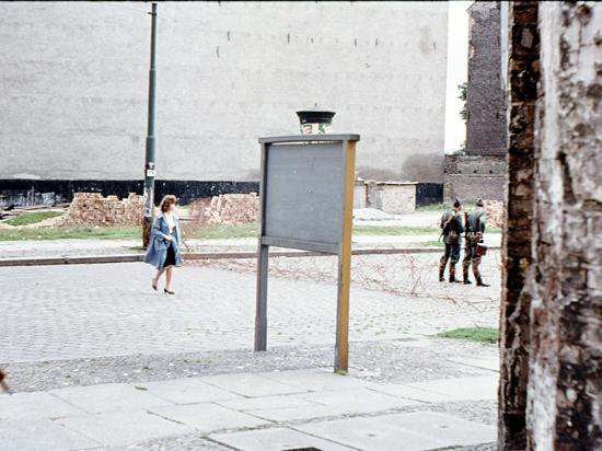 Снимок сделан в конце первого дня перекрытия границы в Берлине. Пограничники ГДР перед спиралью Бруно. Видны кирпичи для укладки стены. (Из личного архива Г. Санникова)