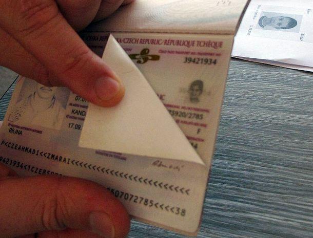 У самого современного паспорта Чехии преступник легко может заменить первую страницу с фотографией